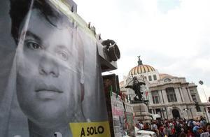 Fotografía de archivo fechada el 6 de septiembre de 2016 que muestra a seguidores del fallecido cantante mexicano Juan Gabriel mientras hacen fila para acceder al Palacio de Bellas Artes donde se le brinda un homenaje, en Ciudad de México, México.