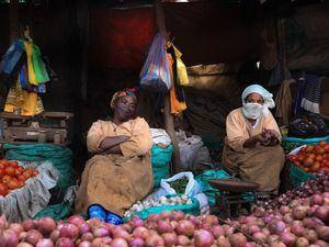 Vendedores ambulantes en un mercado de Addis Abeba, en Etiopía.