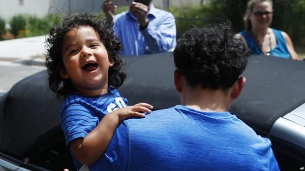 EE. UU. liberará familias migrantes, vuelve política de