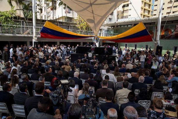 La mayoría del Parlamento debate sin Guaidó y desiste de hacer una manifestación