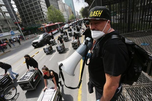 Miembros de la Agrupación Gremial de Trabajadores de Artes y Espectáculos (AGTAE) fueron registrados este martes, durante una protesta por los seis meses de suspensión de sus actividades en medio de la pandemia, en Santiago de Chile.