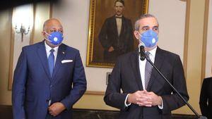 Roberto Fulcar junto al presidente de la República, Luis Abinader.