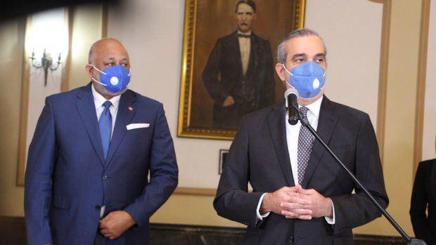 Presidente Luis Abinader felicita al Ministro del MINERD Roberto Fulcar