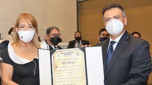 La nueva presidenta del Colegio de Notarios, Laura Sánchez, recibe el certificado de acreditación del presidente de la Comisión Electoral, Juan Moreno Gautreau.