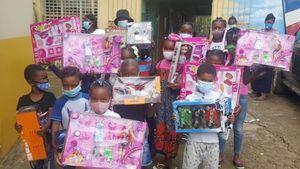 Fundación Blandino entrega juguetes.
