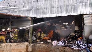 Bomberos tratan de sofocar un incendio en una fábrica de papel en Villa Juana