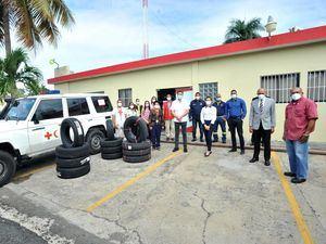 Ejecutivos de la Cruz Roja Dominicana recibieron la donación de 12 gomas para ser usados en vehículos de emergencia de la institución.