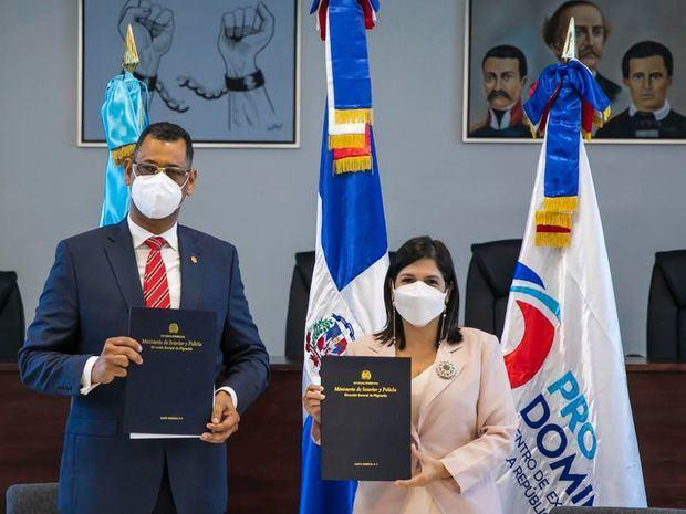 Enrique García, Director de la Dirección General de Migración junto a Biviana Riveiro Directora Ejecutiva ProDominicana.