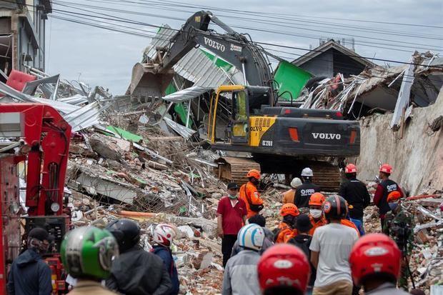 Ascienden a 42 los muertos del seísmo en Indonesia central.