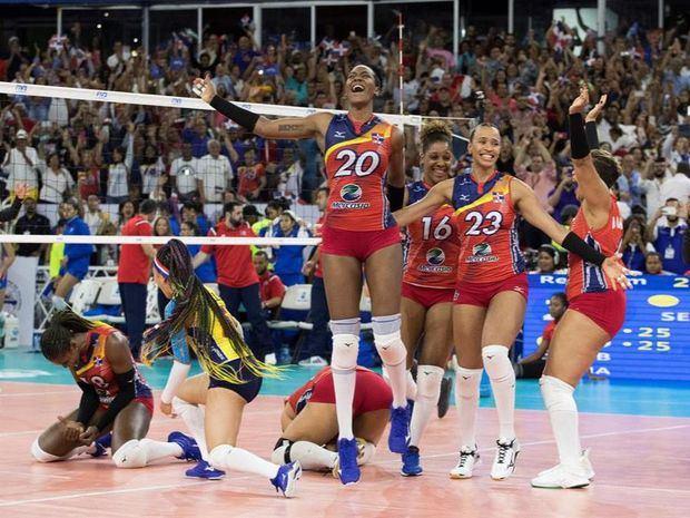 Jugadoras de la selección de República Dominicana celebran tras vencer al equipo de Puerto Rico en el campeonato Preolímpico de voleibol y así lograr clasificar a los Juegos Olímpicos de Tokio 2020.