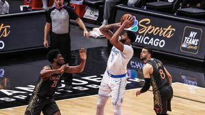 El jugador de Los Angeles Lakers Anthony Davis (c) lanza entre Zach LaVine (d) y Thaddeus Young (i), de Chicago Bulls, durante su partido.