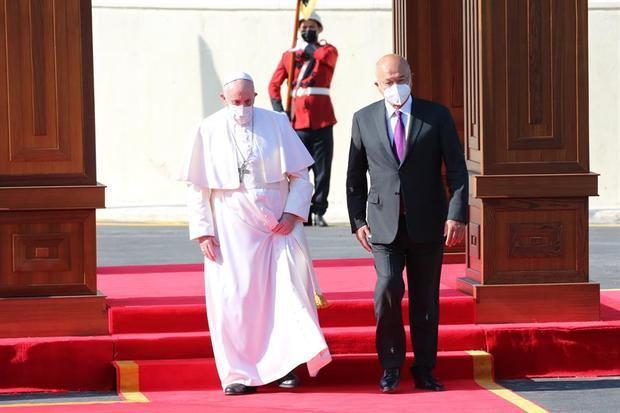 El papa llega a Irak.
