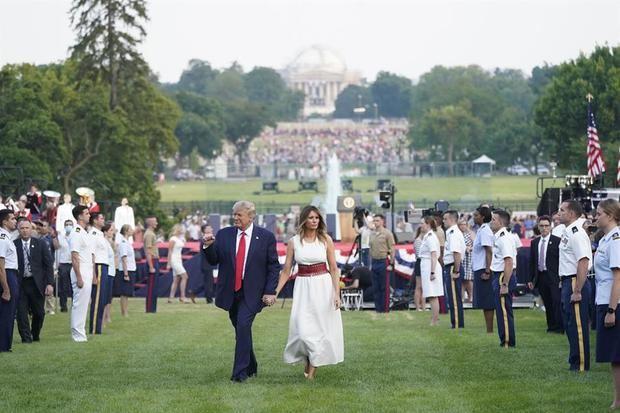 Trump anima divisiones en EE.UU. en un acto en la Casa Blanca sin distancia social