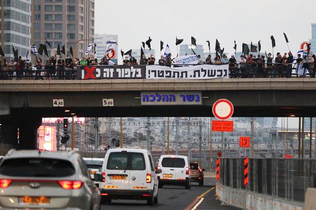 Miles de israelíes se manifestaron hoy por décima semana consecutiva en Jerusalén.