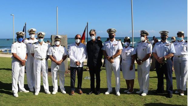 Román E. Caamaño, junto a autoridades civiles y militares de Puerto Plata.