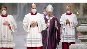 El papa celebró el Miércoles de ceniza con misa con pocos fieles y nuevo rito.