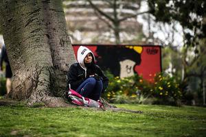 Una mujer descansa frente a un mural de Mafalda hoy, jueves en Buenos Aires. Argentina.