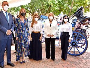 Ministra de Cultura participa en la inauguración de carruajes eléctricos en la Ciudad Colonial