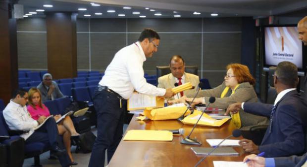 La JCE analiza licitación del voto automatizado