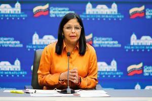 Fotografía cedida hoy por la oficina de Prensa del Palacio de Miraflores donde se observa a la vicepresidenta ejecutiva, Delcy Rodríguez, mientras ofrece declaraciones en Caracas, Venezuela.