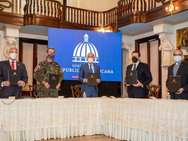 Gobierno firma convenio con universidades privadas para ofrecer estudios superiores a policías y militares