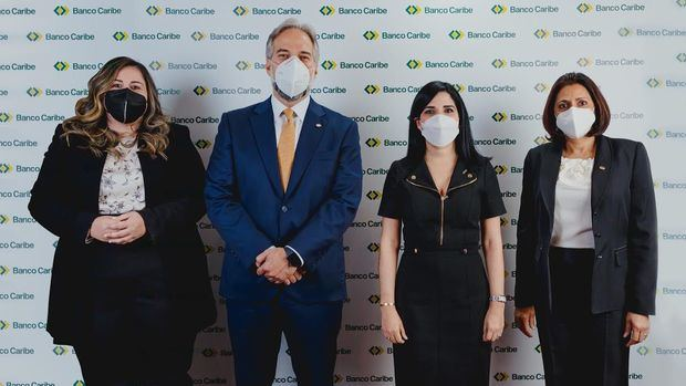 Desde la izquierda, Francesca Luna, directora de gestión humana de Banco Caribe; Dennis Simó, presidente ejecutivo; Mariel Bera, presidenta de ECORED y Xiomara León, vicepresidenta administrativa de Banco Caribe.