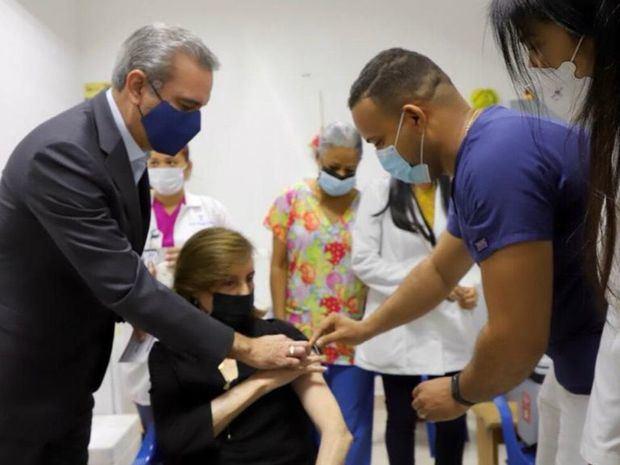 El presidente Abinader acompañó a su madre a vacunarse contra el Covid-19
