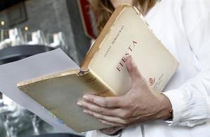 Una persona lee un pasaje de la novela ''Fiesta'', de Ernest Hemingway.