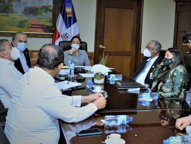 Comisión de Hacienda del Senado se reúne con representantes del Ministerio de Agricultura