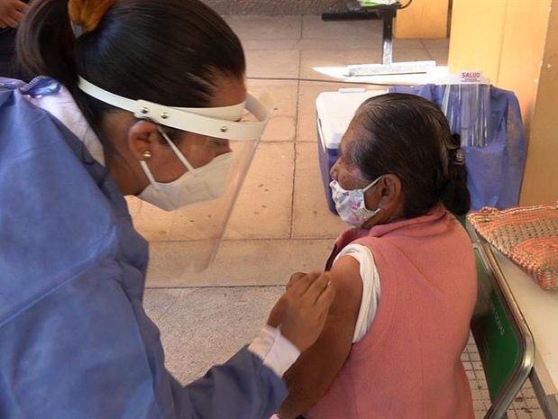 México reporta primer caso mortal por reacción a vacuna en mujer de 75 años