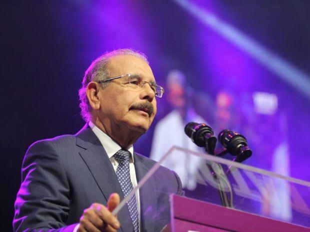 Danilo Medina jura como presidente del PLD en la clausura del IX Congreso Ordinario