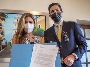 Alcaldesa Carolina Mejía junto a Julio Cabral, gerente de Desarrollo Equitativo del programa Bloomberg Harvard muestran el documento de alianza.