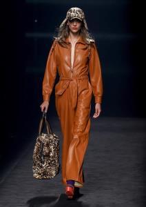 Una modelo presenta una de las creaciones de la firma Maite by Lola Casademunt durante la segunda jornada de desfiles de la Mercedes-Benz Fashion Week de Madrid,