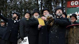 Los miembros de Groundhog Club Inner Circle se preparan para entregar el pronóstico de Punxsutawney Phil a la multitud en el 133º Día de la Marmota en Punxsutawney, Pennsylvania, EE. UU.