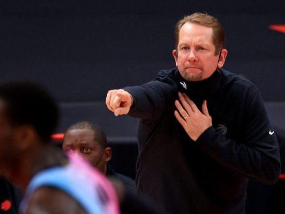 Entrenador de la NBA multado con 50 mil dólares por lanzar mascarilla
