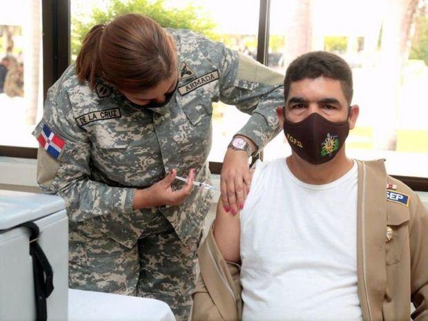 Los militares empezaron a ser vacunados este lunes