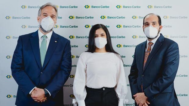 Dennis Simó Álvarez, presidente ejecutivo de Banco Caribe; Karina Vásquez, representante en el país de Oikocredit y Ramón Estévez, vicepresidente de finanzas Banco Caribe.