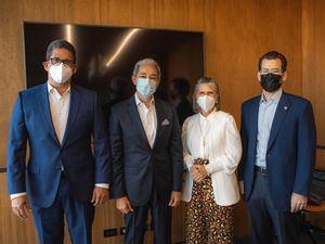 Augusto Ramírez, presidente de Casa Brugal; Luis Concepción, nuevo presidente Fundación Brugal; Virginia Cabral Arzeno, pasada presidente Fundación Brugal; y Franklin Baez Henríquez, vicepresidente de Finanzas de Casa Brugal.