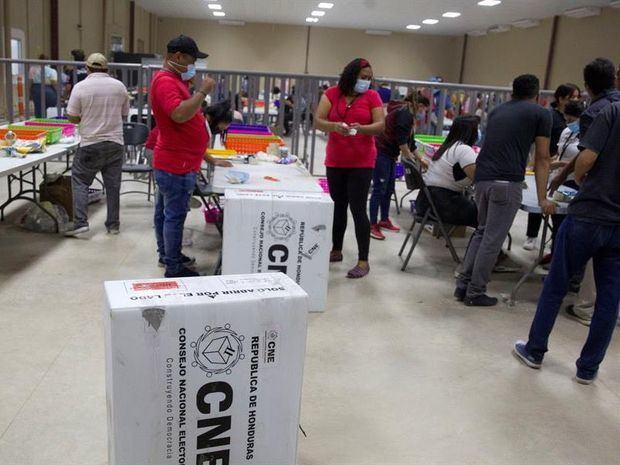 Empleados del Consejo Nacional Electoral trabajan en el escrutinio de las elecciones primarias en Tegucigalpa, Honduras.