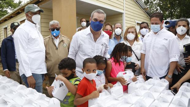El presidente Luis Abinader entregó cinco viviendas reconstruidas en la comunidad de Sabaneta, Callejón Matanza, en La Vega.