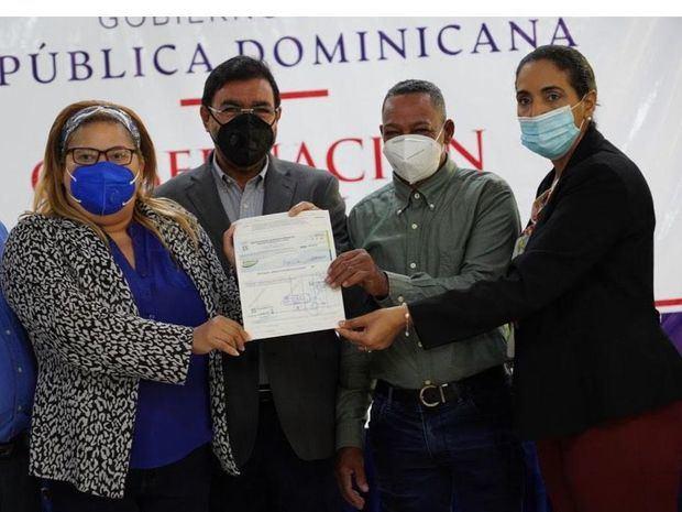 Consejo Los Toros entrega RD$1 millón a la Asociación de Agricultores La Esperanza