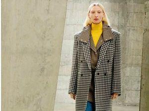 Una modelo presenta una de las creaciones de la colección invernal de la diseñadora británica Stella McCartney.
