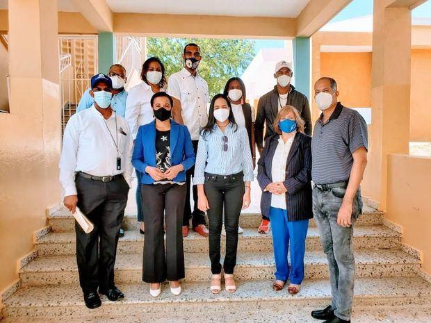 Comisión del Minerd supervisa centros educativos Navarrete y Villa Bisonó