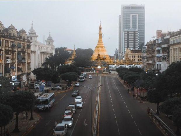 La pagoda Sule en el centro de Yangon, el centro comercial de Myanmar.