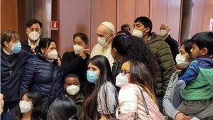 El papa visita a las personas sin hogar que se vacunan en el Vaticano.