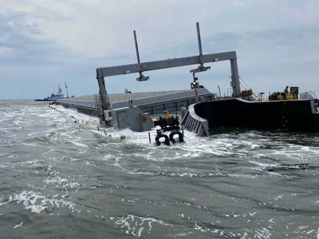 Barcaza con alrededor de 12 mil toneladas de cenizas de carbón de planta de Puerto Rico encalla en Jacksonville, Florida