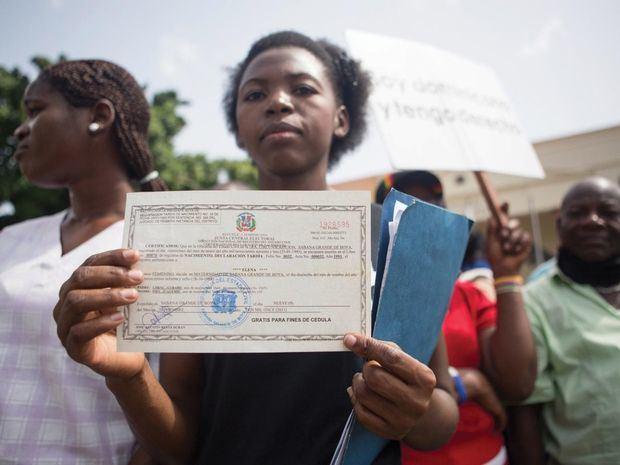 Miles de haitianos residentes en R.Dominicana obtienen la cédula de su país.