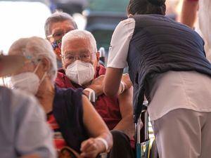 Un adulto mayor es vacunado contra la covid-19 en un modulo instalado en el estadio La Corregidora, en el estado de Querétaro, México.