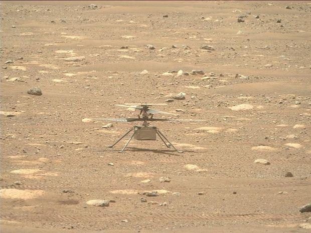 Fotografía facilitada por la NASA que muestra al helicóptero Ingenuity con sus hélices desbloqueadas del rover Perseverance Mars de la NASA, mientras utiliza su cámara Right Mastcam-Z.