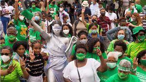 Mujeres participan hoy en el campamento por la despenalización del aborto en tres causales, cuando se cumple un mes de instalado frente al Palacio Nacional, en Santo Domingo, República Dominicana.